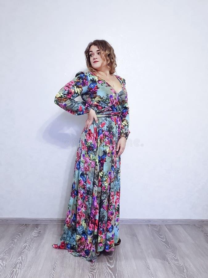 礼服的,相当卷发表示有吸引力的形象美女 库存图片