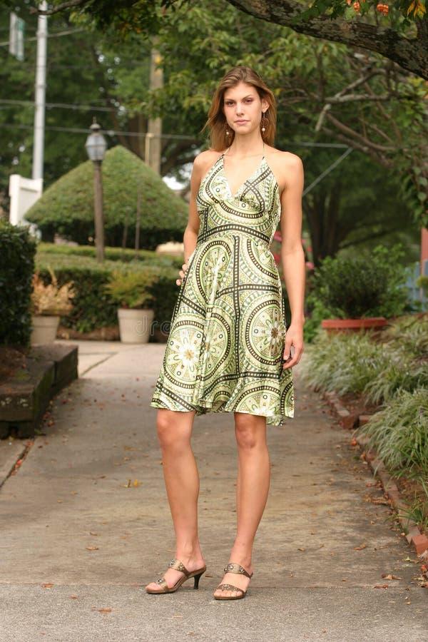 礼服绿色佩带的妇女年轻人 免版税库存照片