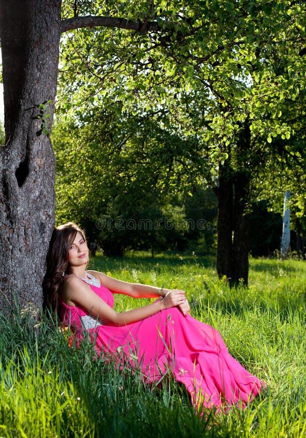 礼服长的桃红色妇女 免版税图库摄影