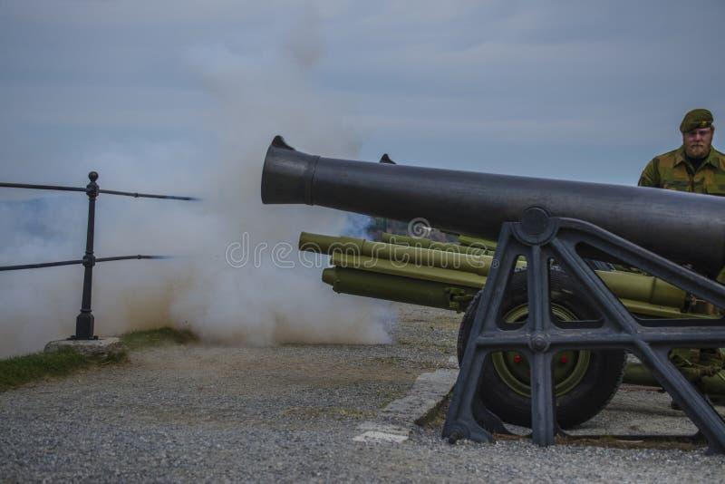 礼炮5月8日,从fredriksten堡垒,生火 图库摄影