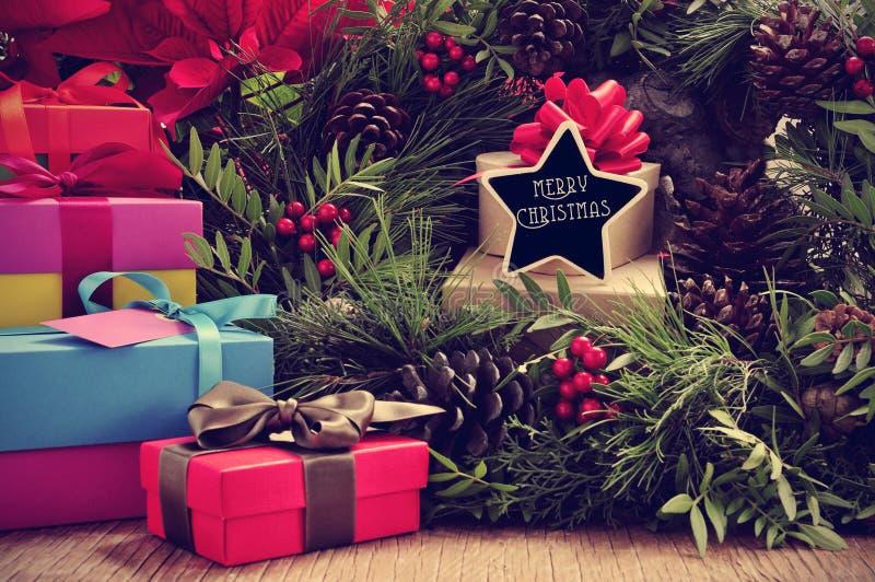 礼物、圣诞节花圈和文本圣诞快乐在星形状 免版税库存图片