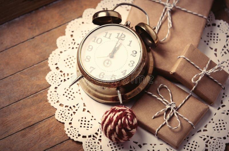 礼物、球和时钟在餐巾 图库摄影