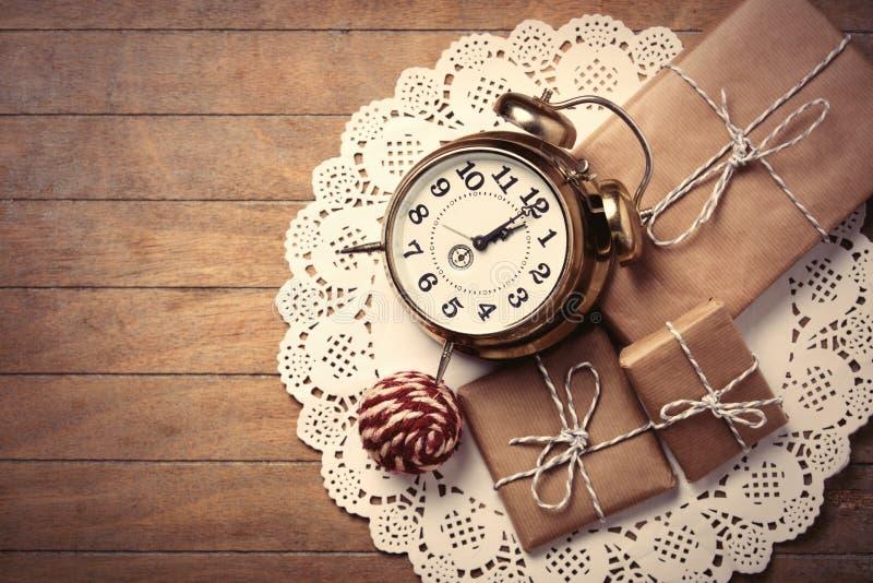 礼物、球和时钟在餐巾 库存图片