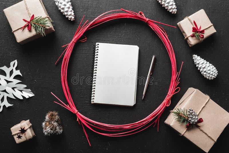 礼物为冬天,圣诞节和新年假日,当您有礼物您的假日并且做名单您时从圣诞老人要 免版税库存照片