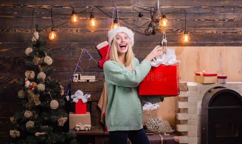 礼物交换和惊奇在Xmas前的早晨 快活的圣诞节节日快乐 节日快乐女孩庆祝 免版税库存照片