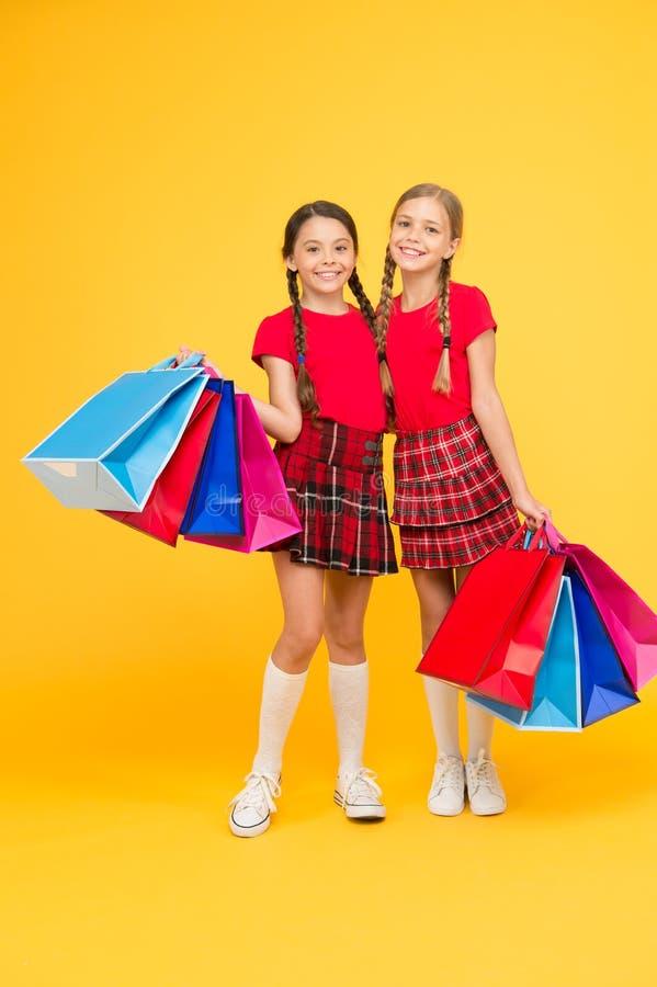 礼物和纪念品 与朋友的购物 孩子拿着包裹 r 有购物带来的女孩 再发现 库存照片