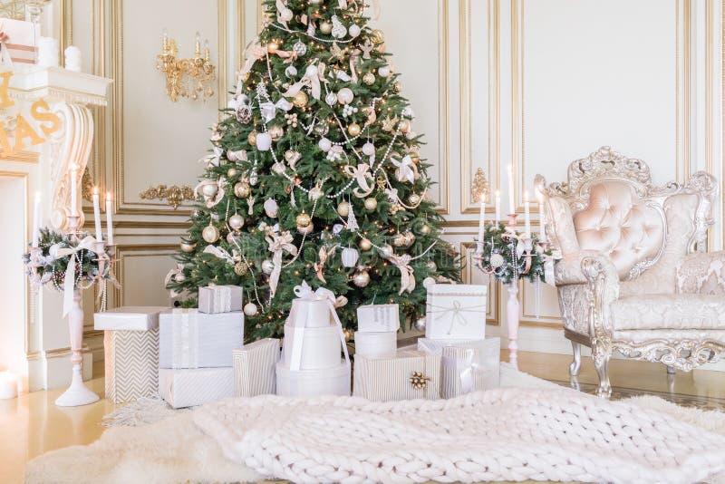 礼物在圣诞树下在客厅 家庭假日新年在家 免版税库存照片