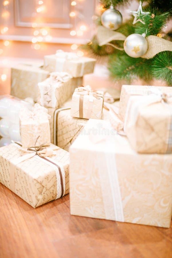 礼物在圣诞树下在客厅 库存照片