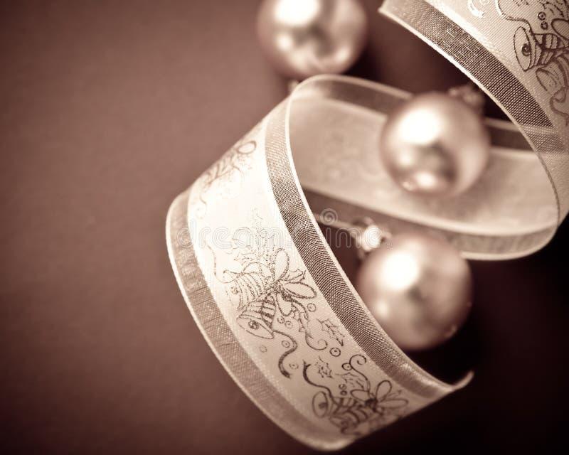 礼物在黑暗的背景的丝带和圣诞节球特写镜头  库存图片