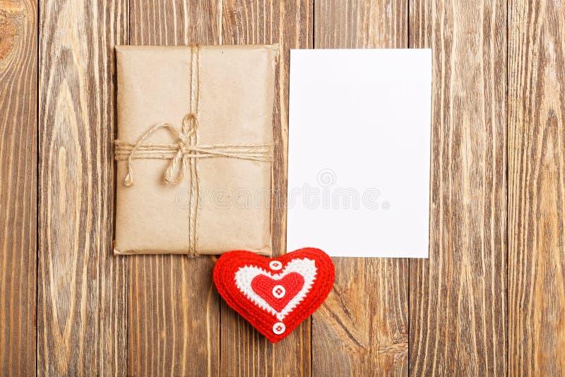 礼物小包、白色空白的标签和红色心脏 库存照片