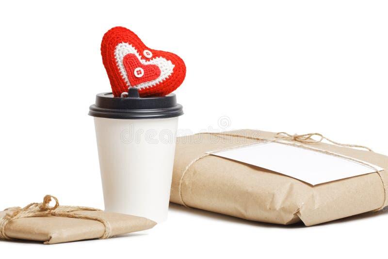礼物小包、纸板咖啡和红色心脏 库存图片