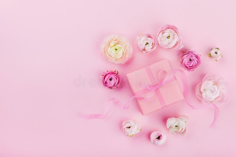 礼物或当前和美丽的花在桃红色书桌上从上面婚姻的大模型或贺卡的在妇女天在舱内甲板放置样式 免版税库存照片