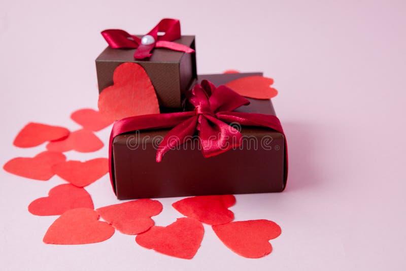 礼物或当前箱子和星五彩纸屑在桃红色台式视图 平的被放置的构成为生日、母亲和情人节或者 库存照片