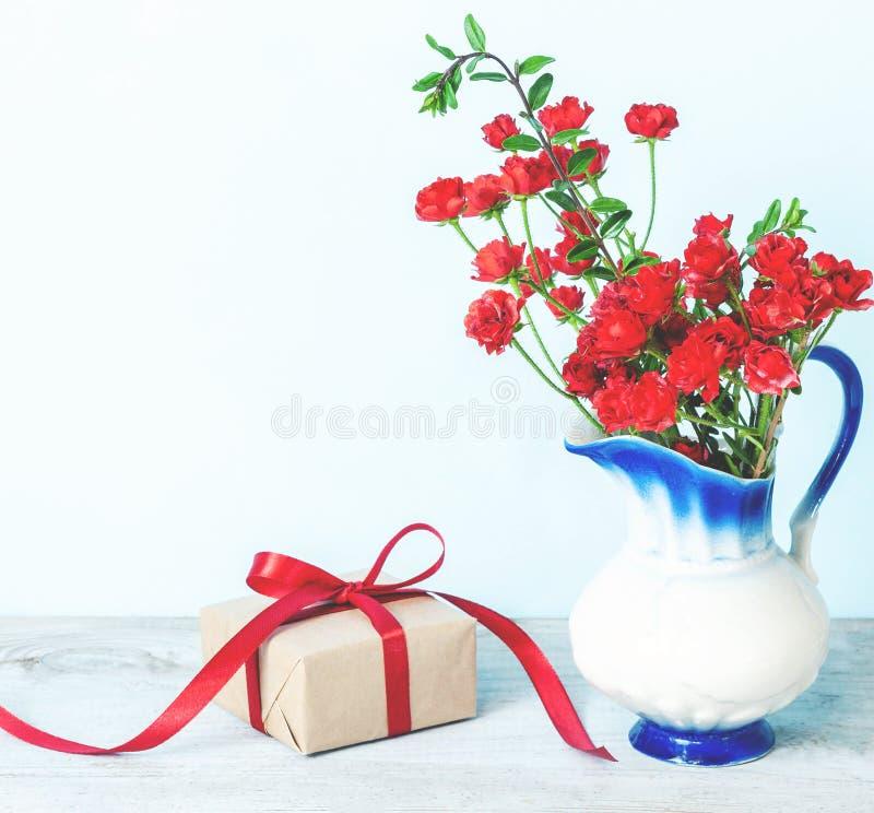 礼物或礼物盒在一张工艺纸与金丝带弓 免版税库存照片