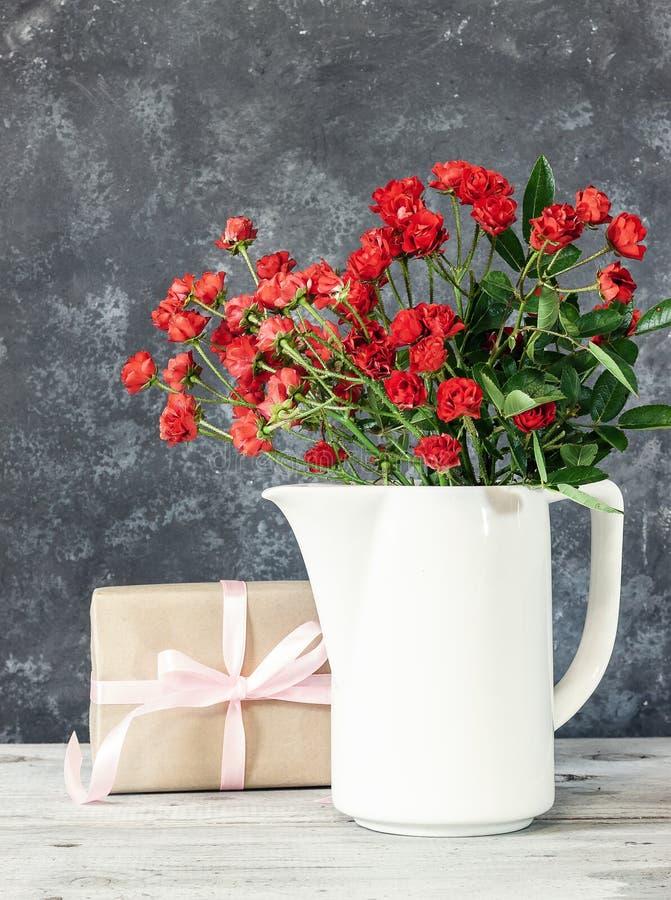 礼物或礼物盒在一张工艺纸与金丝带弓 免版税库存图片
