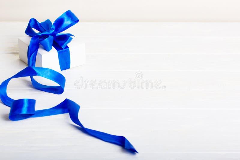 礼物生日圣诞节礼物概念-有bl的白色礼物盒 免版税库存照片