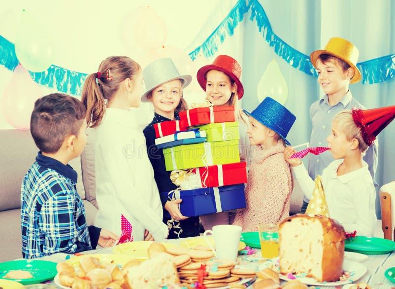 给礼物的不同的年龄孩子女孩在党期间 免版税图库摄影