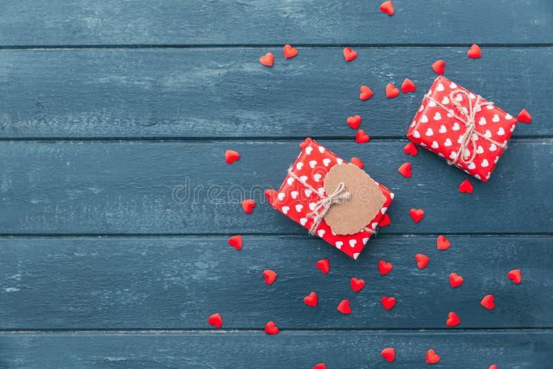 礼物盒与和红色心脏装饰顶视图在情人节 图库摄影