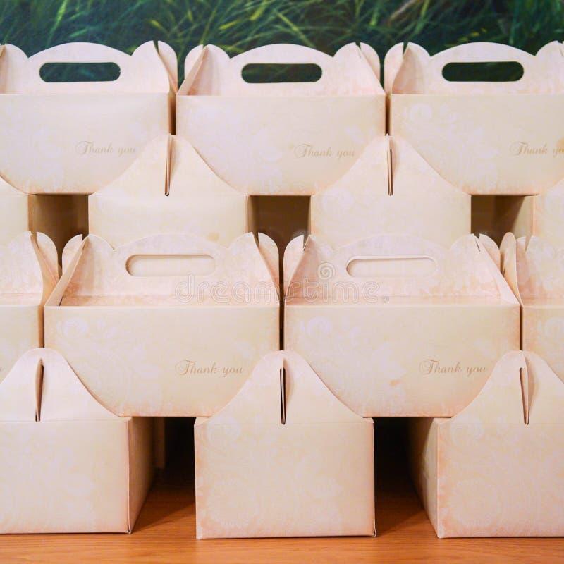 礼物盒与感谢您消息 甜点背景的婚礼箱子 免版税库存图片