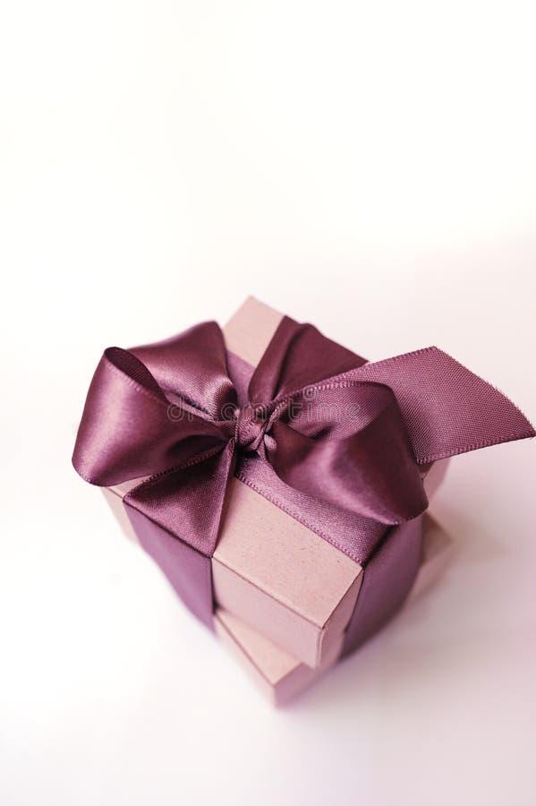 礼物盒与棕色丝带的牛皮纸 库存照片