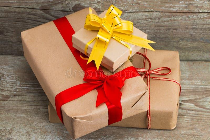 礼物盒包裹与在木背景,名列前茅vi的牛皮纸 免版税库存图片