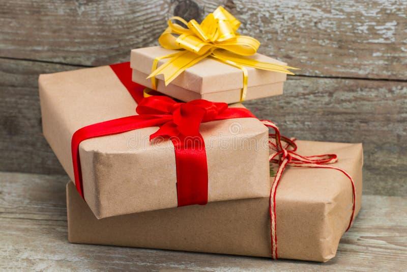 礼物盒包裹与在木背景,名列前茅vi的牛皮纸 库存照片