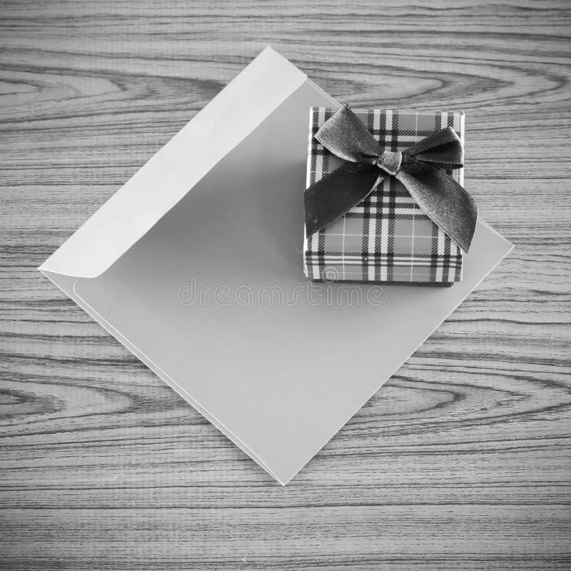 礼物盒和信封黑白颜色定调子样式 免版税库存图片