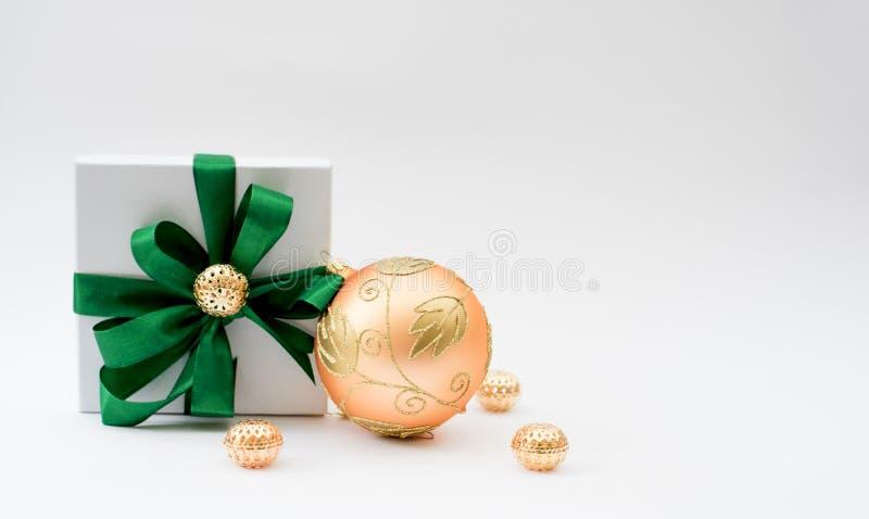 礼物盒和圣诞节球 免版税库存照片