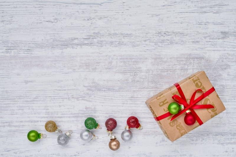 礼物盒和圣诞节装饰品在白色背景 复制空间,顶视图 免版税库存照片