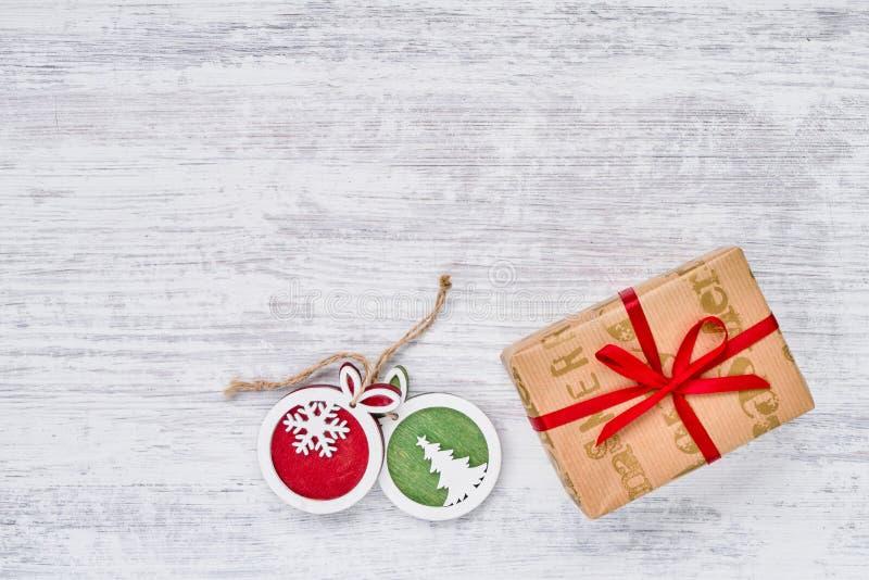 礼物盒和圣诞节装饰品在白色背景 复制空间,顶视图 免版税图库摄影