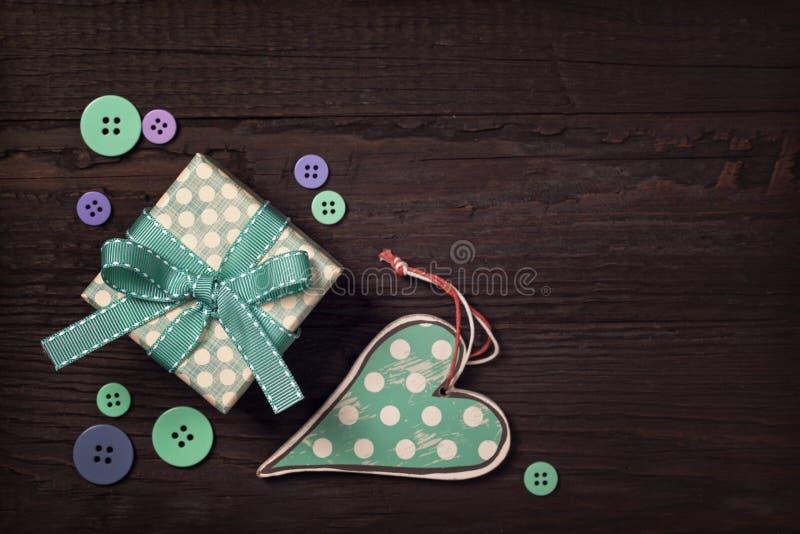 礼物盒和心脏 免版税库存照片