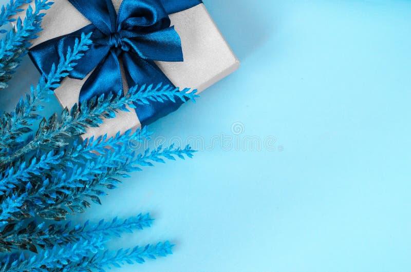 礼物盒和淡紫色在蓝色背景复制空间 库存图片
