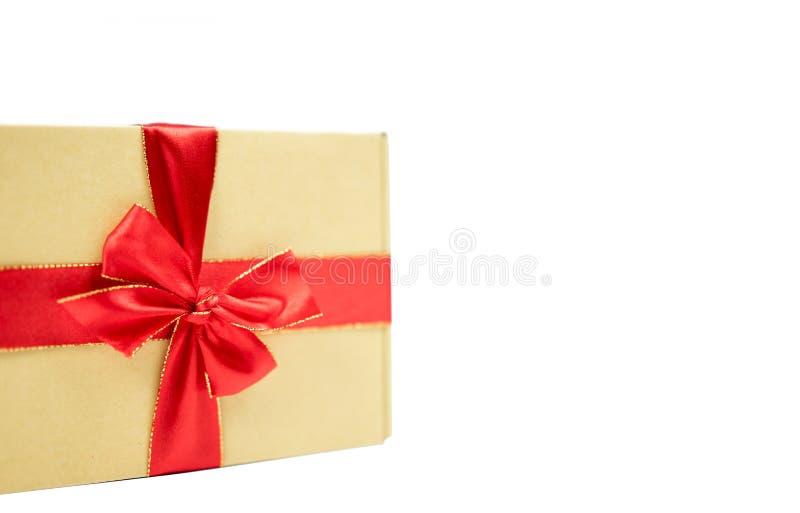 礼物盒和红色丝带与拷贝空间在被隔绝的白色 免版税图库摄影
