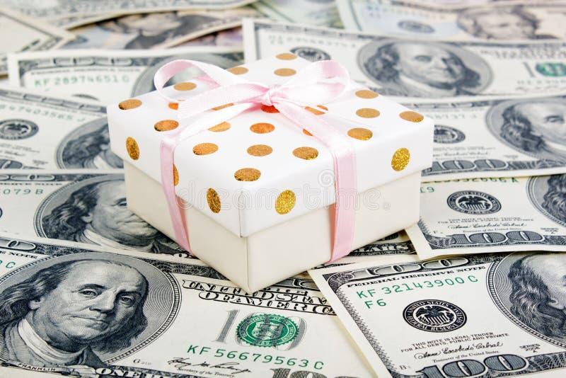 礼物盒和许多美元 免版税库存照片