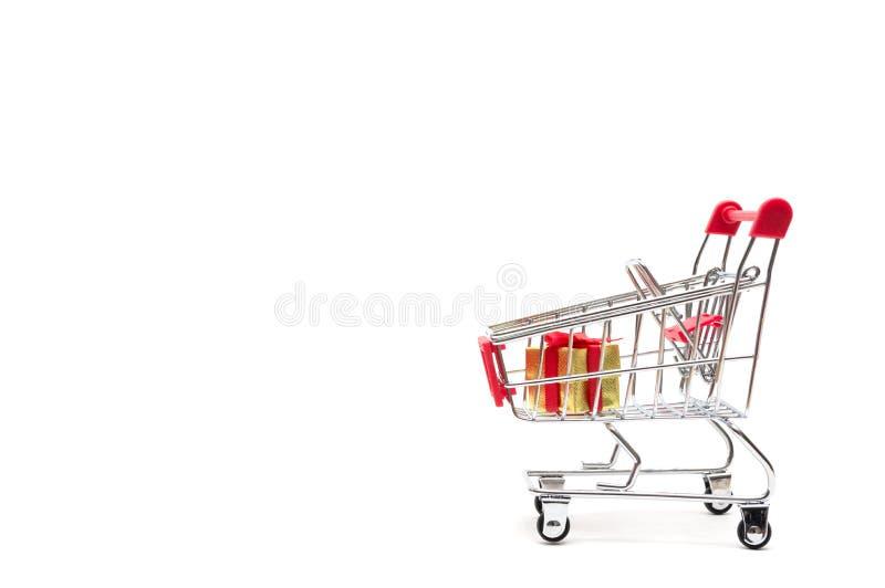 礼物盒和购物车在白色背景:经济概念 库存图片