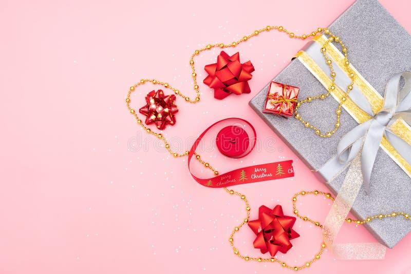 礼物盒或礼物箱子有红色弓的在桃红色背景生日、圣诞节或者婚礼的 免版税库存图片
