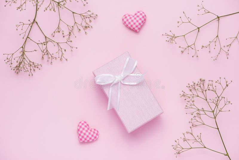 礼物盒栓与桃红色丝带和白花为母亲节 库存图片