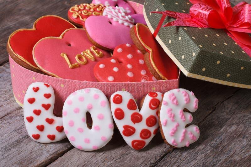 礼物盒用心脏姜曲奇饼。爱 免版税库存照片
