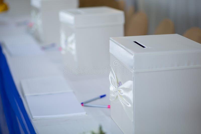礼物盒装饰和婚礼辅助部件 免版税库存照片