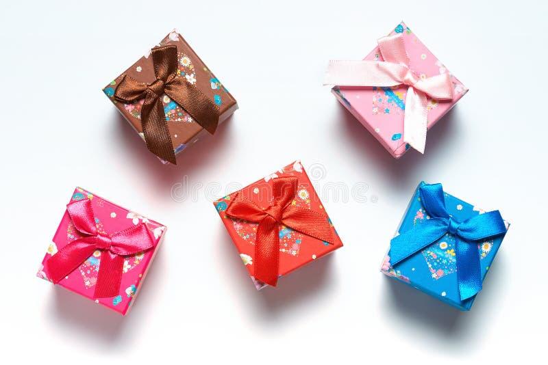 礼物盒驱散在白色背景 免版税库存图片