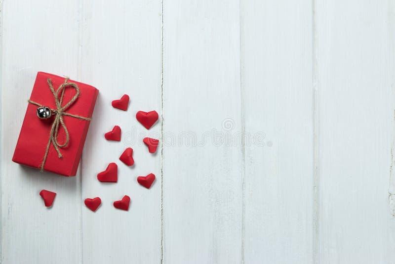 礼物盒origami心脏在木背景的形状纸 库存照片