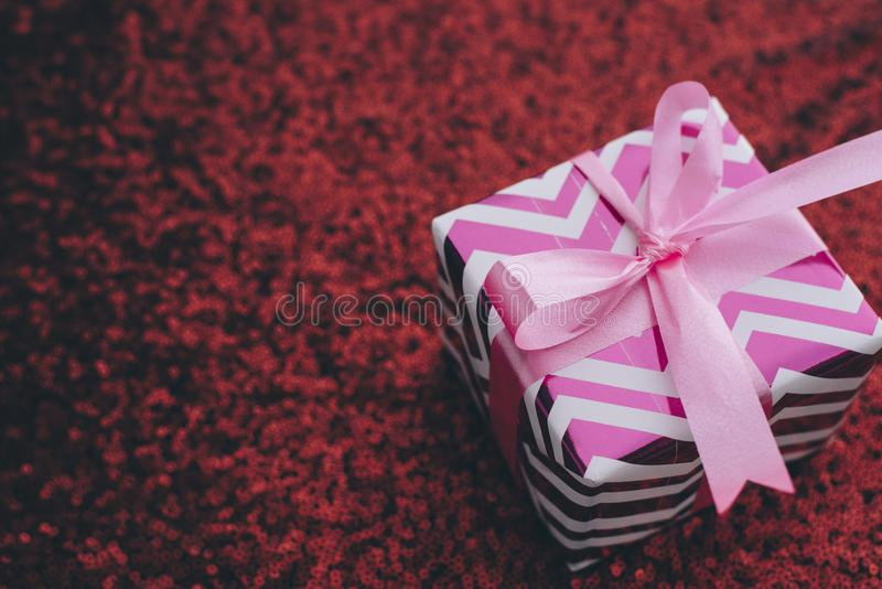 礼物/礼物在一块红色衣服饰物之小金属片布料 库存照片