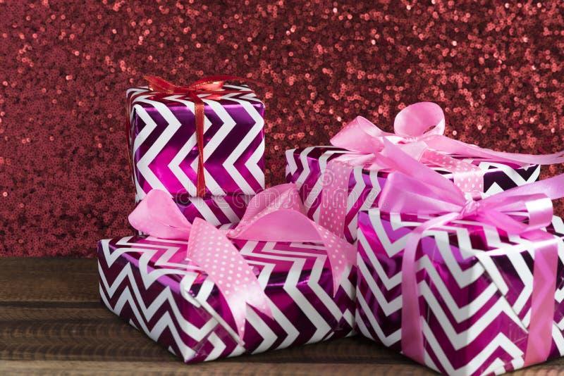 礼物/礼物在一块红色衣服饰物之小金属片布料 免版税库存照片
