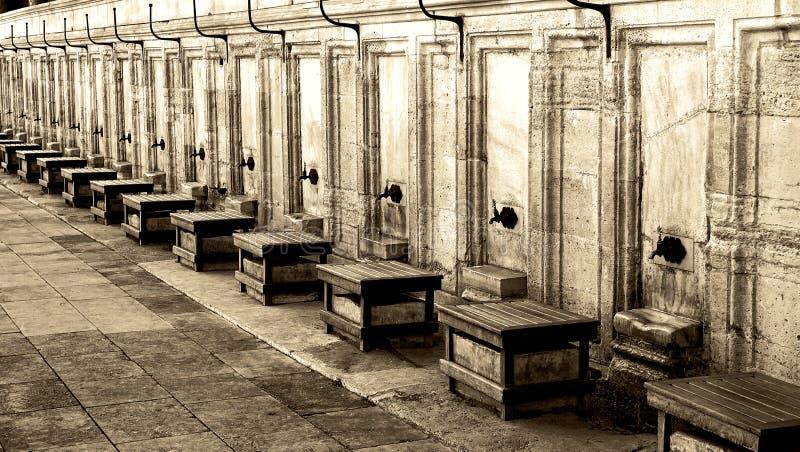 礼节洗净的轻拍外部清真寺 图库摄影