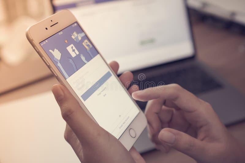 社会中间有蓝色屏幕backgroun的app iPhone手机 免版税库存图片