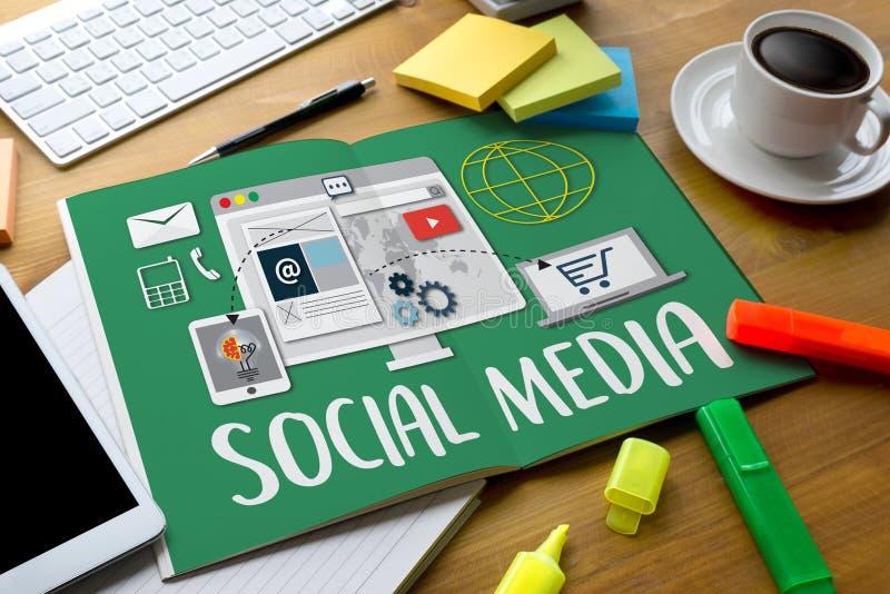 社会使用MOBIL的媒介连接通信全球性人民 免版税库存照片