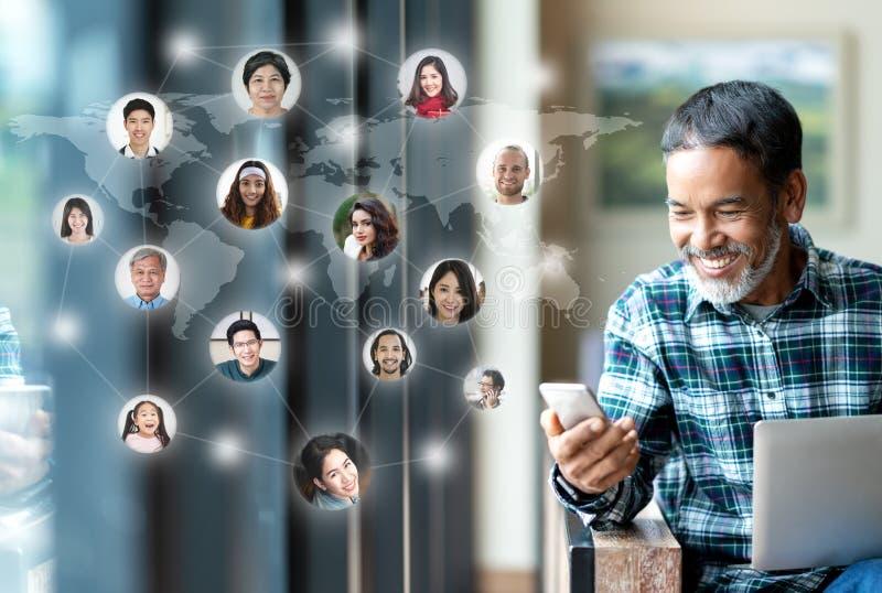 社会媒介网络、连接全世界地图的全球网络连接和人们 微笑的愉快成熟人使用 免版税库存照片