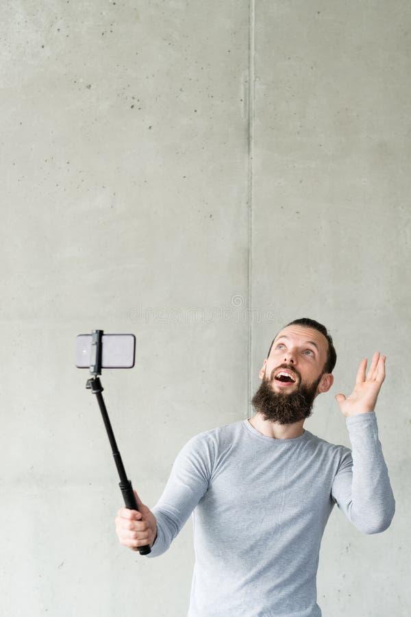 社会媒介influencer人智能手机乐趣故事 图库摄影