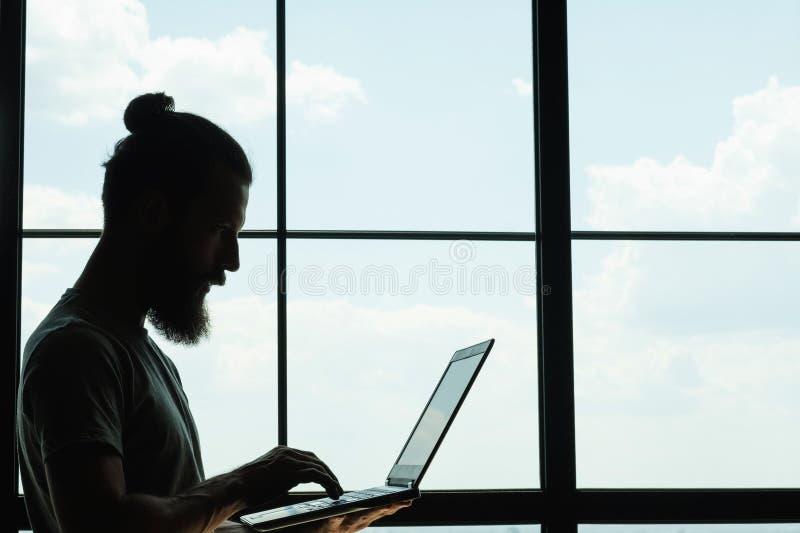 社会媒介influencer博客作者膝上型计算机smm 免版税库存图片