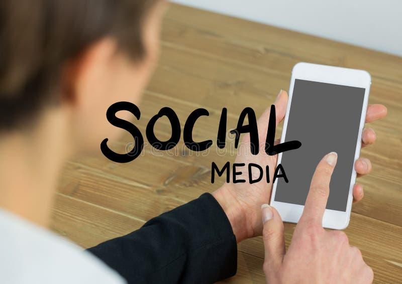 社会媒介发短信反对在肩膀感人的电话的妇女 向量例证